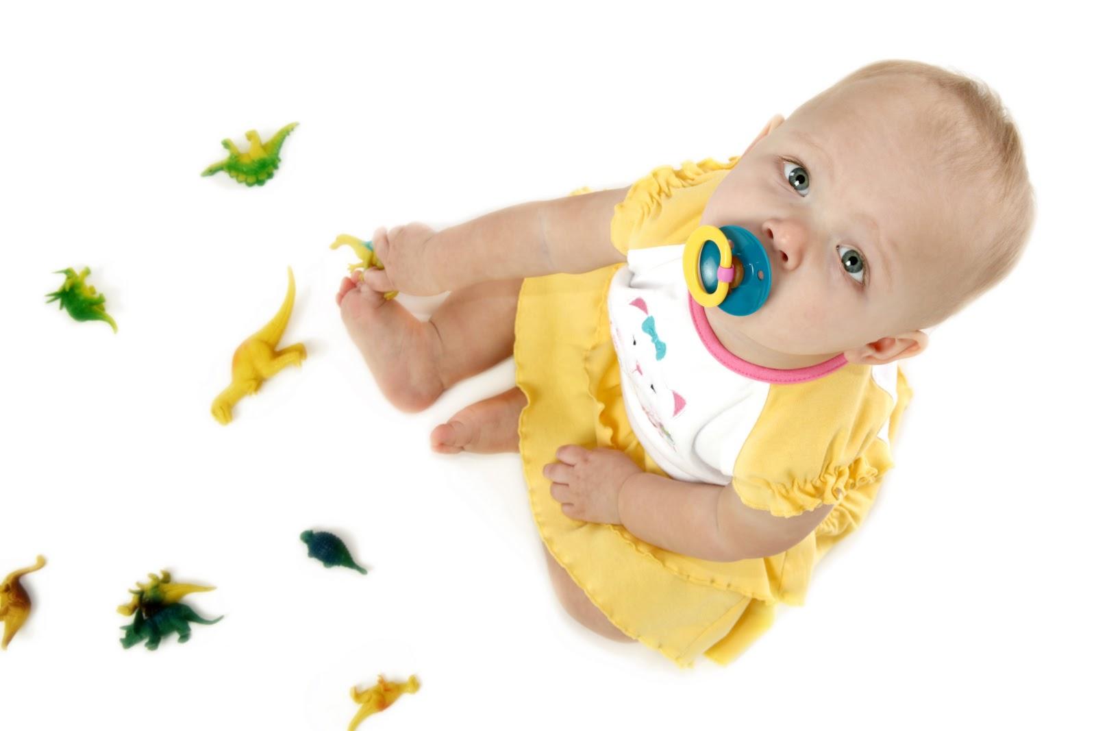 Ребенок с пустышкой фото