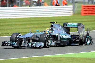 """Perlumbaan British Grand Prix 2013 kali ini yang dicemari dengan insiden kerosakkan tayar. Akibat insiden tersebut, setiap pasukkan mengeluarkan arahan agar pelumba mereka berhati-hati dengan """"kerb"""" ketika keluar dari selekoh. Kerosakkan tayar juga menjadi penyebab Lewis Hamilton kehilangan peluang untuk menjuarai perlumbaan di tempat sendiri."""