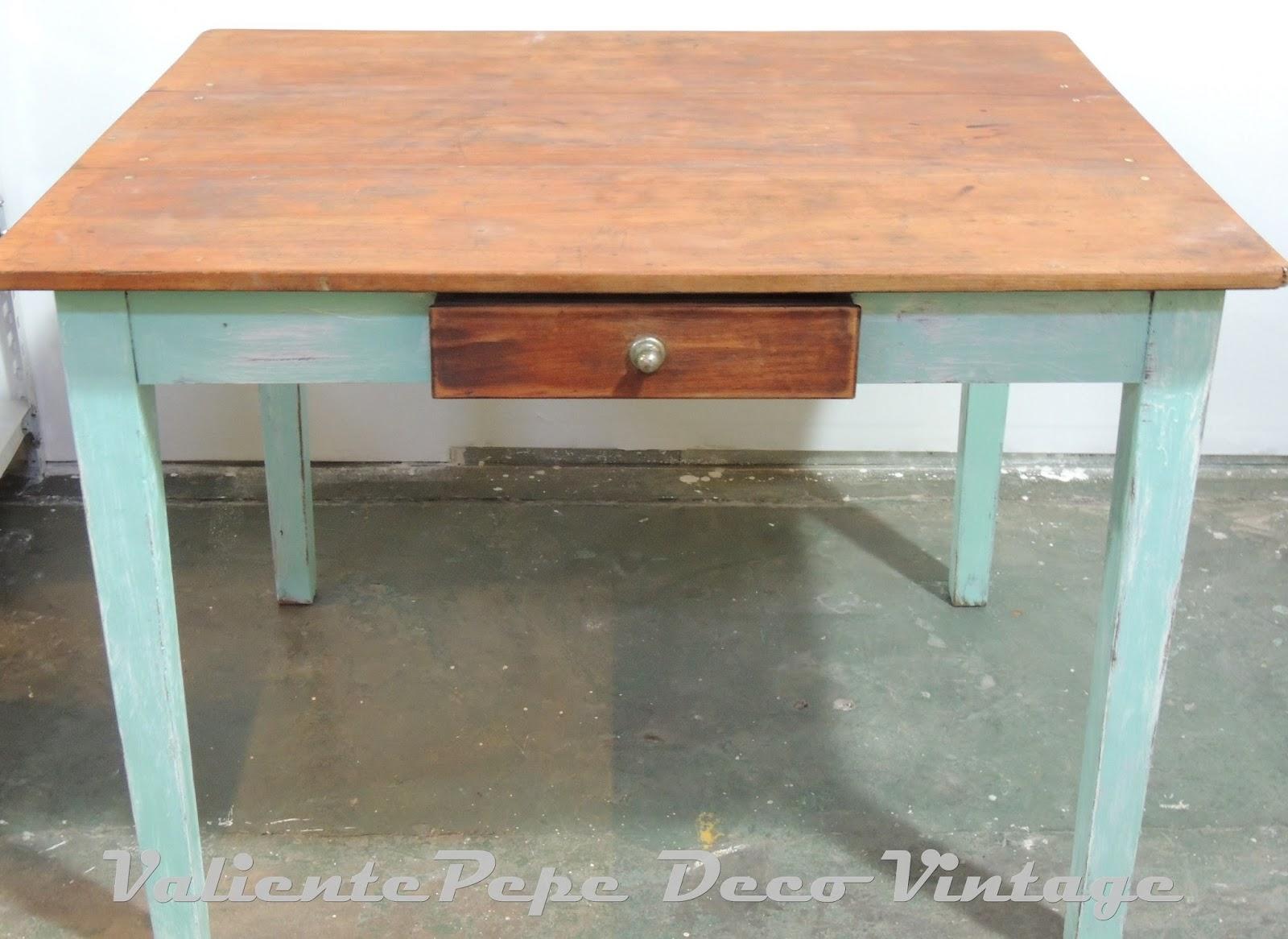 Antigua mesa de campo en aguamarina y menta con mesada de - Mesa de campo ...