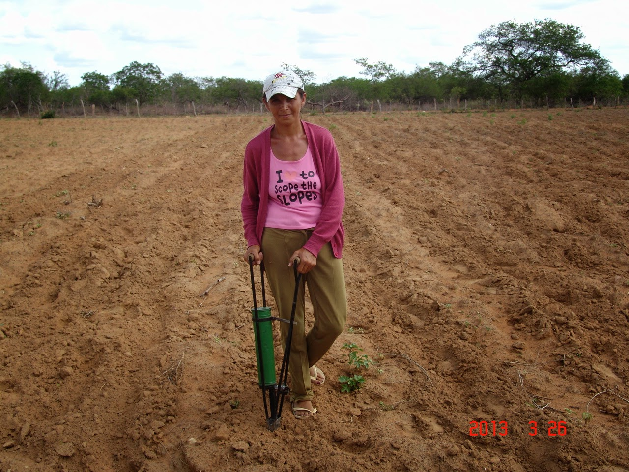 Agricultora realizando plantio