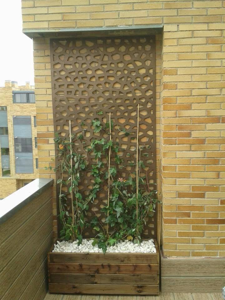 un balcon muy precioso con jardineras y maceteros de madera al autoclave para el exterior