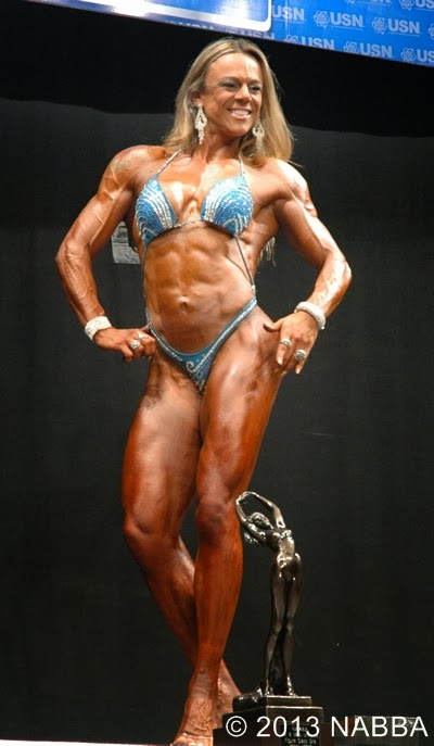 Carol Bittencourt posa com troféu