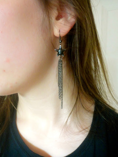 Rocker chick outfit jewellery details | black star & chain earrings