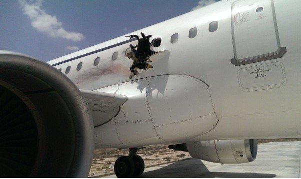 Estas dramáticas imágenes muestran un enorme agujero en el costado de un Airbus A321 de la aerolínea somalí Daallo Airlines, que se vio forzado a realizar un aterrizaje de emergencia luego de presentarse una explosión abordo y un incendio a miles de pies de altura esta mañana.