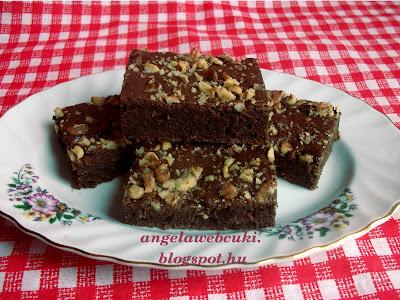 Aszalt áfonyás brownie, kevert tésztájú sütemény, étcsokoládéval és darabolt dióval, érdemes dupla adagban gondolkodni, mert nagyon finom.