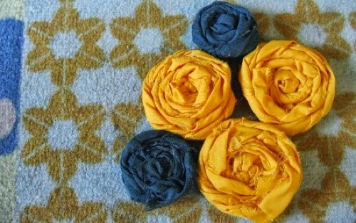 Rosas hechas con tela reciclada