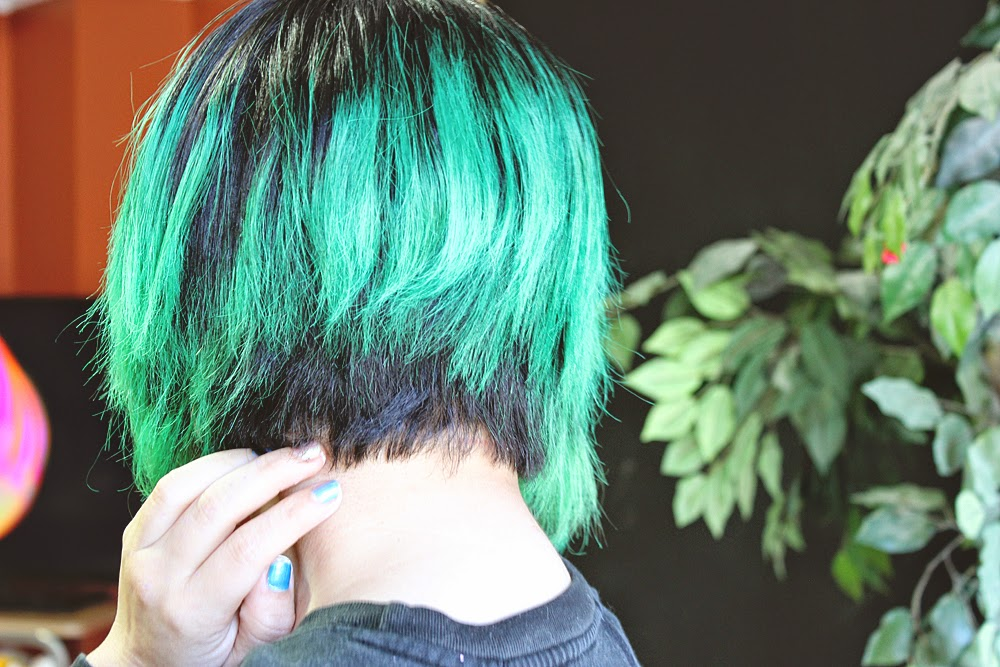 green hair, a line bob, inverted bob, hair cut, bangs, short hair,
