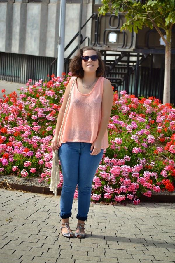 look_bolso_flecos_blusa_neon_cangrejeras_purpurina_lolalolailo_03