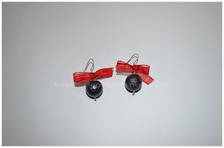 Χειροποίητα σκουλαρίκια με μαύρη ακρυλική χάντρα και κόκκινο φιόγκο