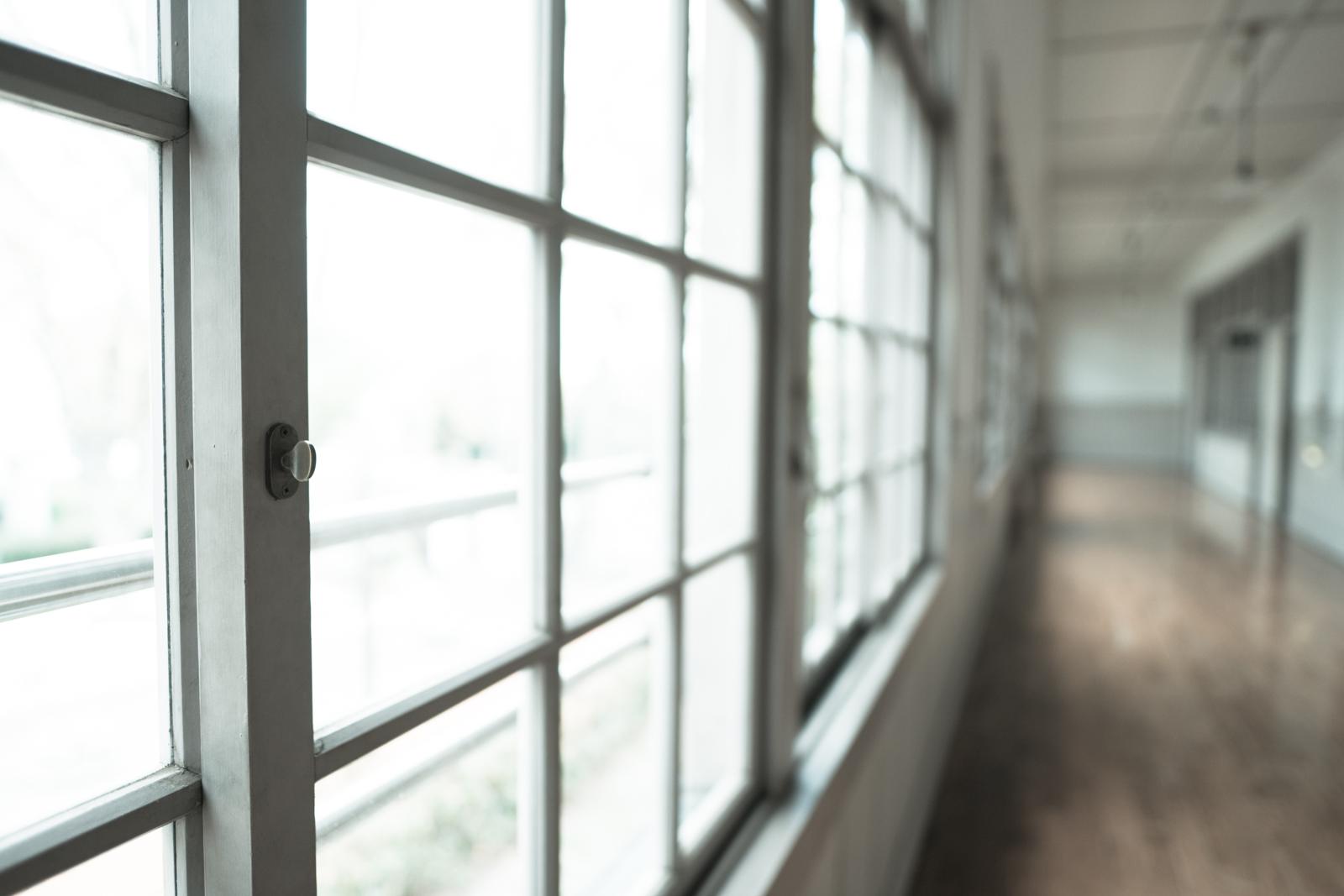 光が綺麗な窓辺と廊下写真