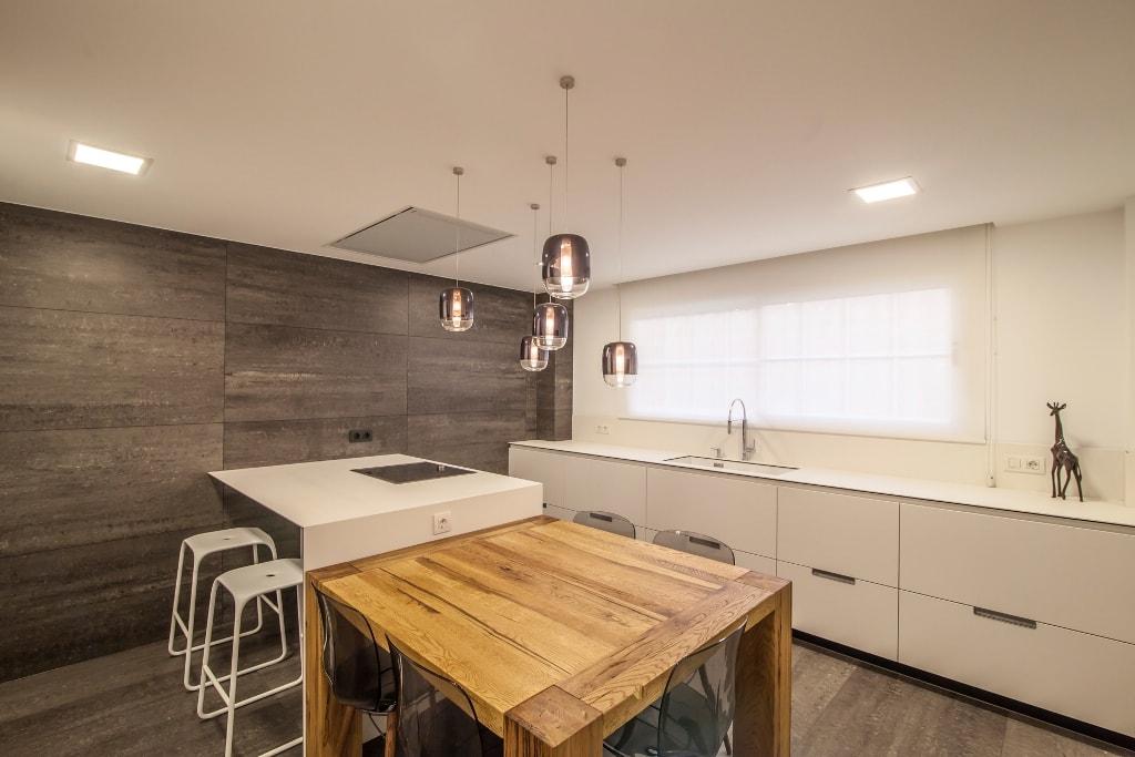 Mesas de madera un complemento ideal para las cocinas for Cocinas estrechas con mesa