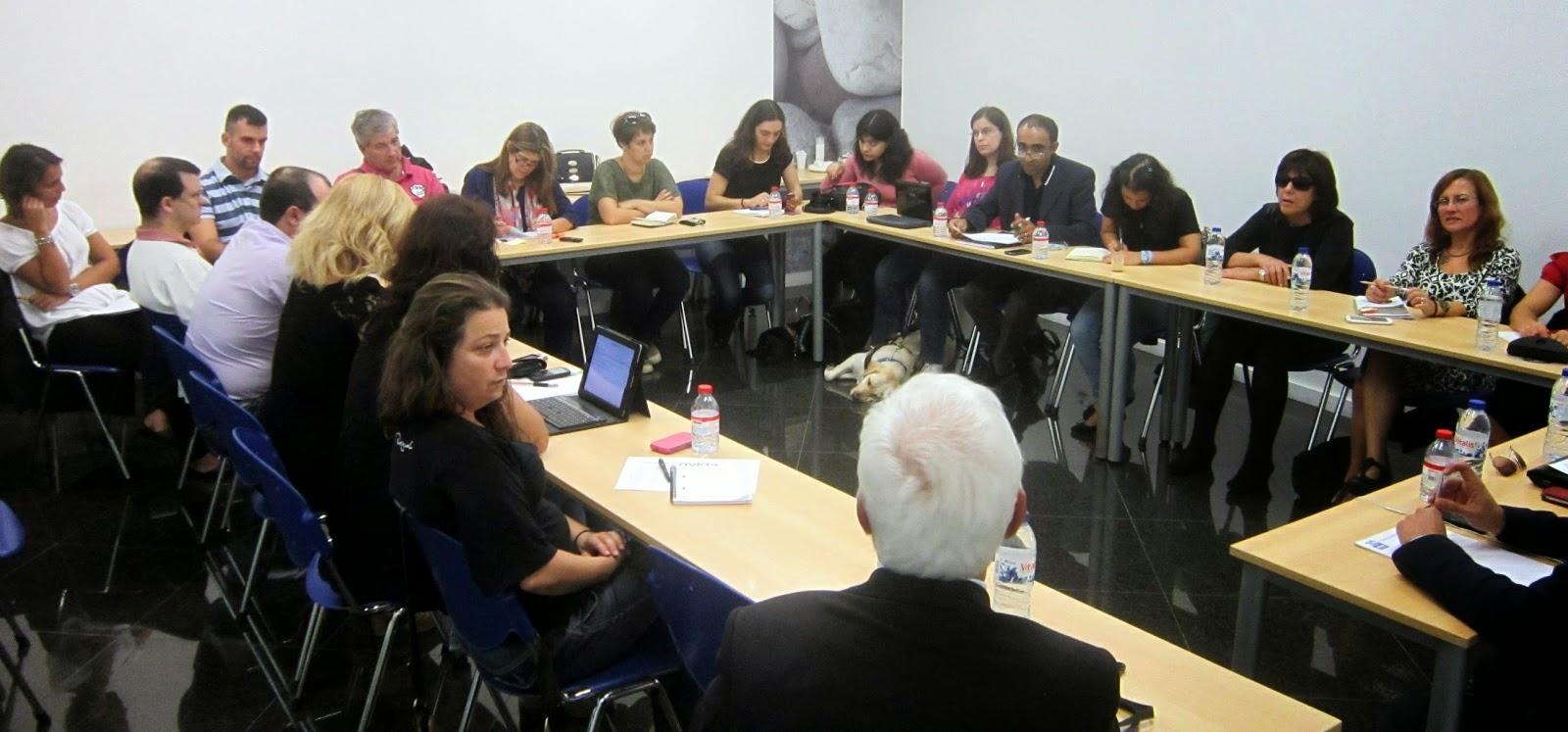Fotografia geral da sala e dos participantes presentes no Fórum