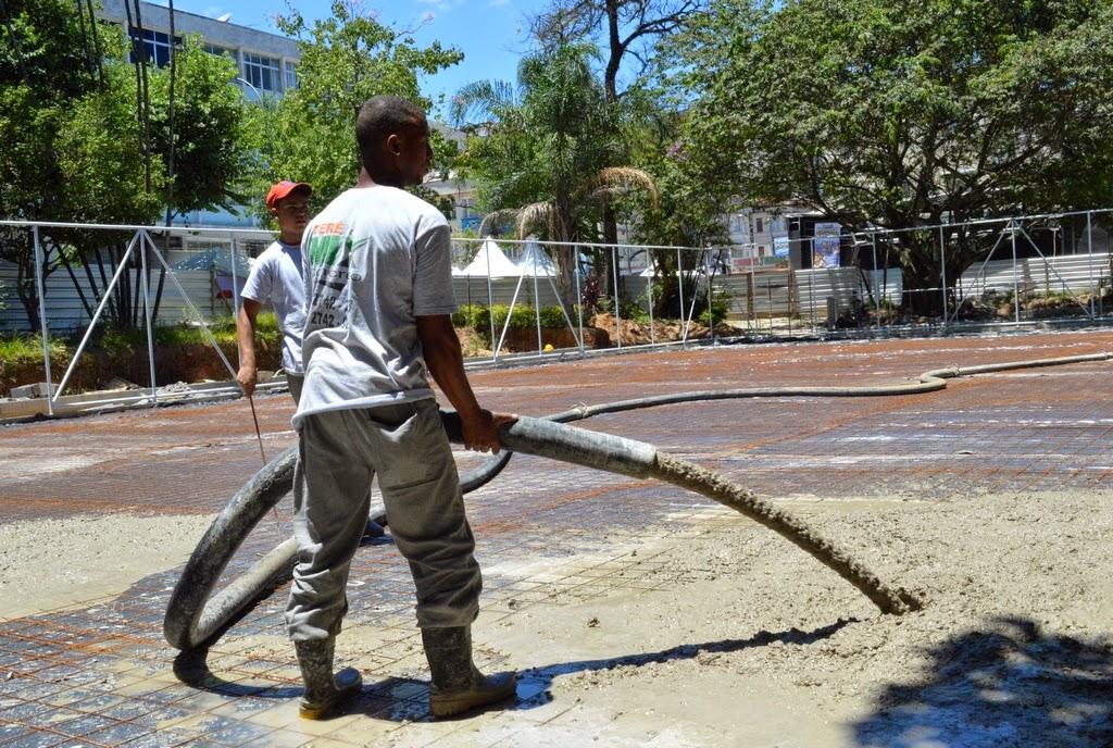 Operários preparam a quadra poliesportiva para a concretagem com a colocação de malha de ferro