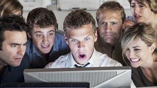 """(CNN) — En los últimos meses han surgido cada vez más casos en donde los empleados utilizaron los sitios de redes sociales de manera personal y profesional para crear situaciones incómodas. Con mucha frecuencia sólo se necesita que alguien despotrique con enojo o comparta demasiadas cosas accidentalmente para crear un desastre. """"Es tan fácil crear perfiles (en redes sociales) que muchas personas podrían no pensar inmediatamente (cuáles) podrían ser las consecuencias más adelante"""", dice Jesse Dill, un abogado de Milwaukee que se especializa en cuestiones laborales y de empleo. ¿Qué pasa con los casos cuando un empleado utiliza su cuenta"""