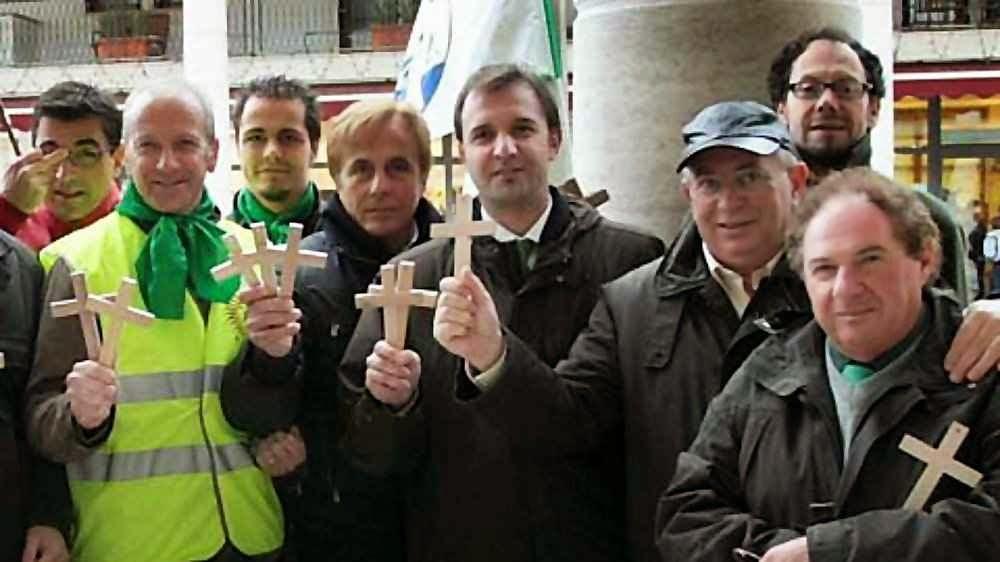 Massimo Bitonci com crucifixos para instituições da prefeitura de Pádua.
