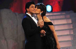 Priyanka Chopra Kisses Shahrukh Khan at Award Function