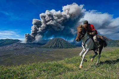 Vaquero huyendo del volcán en erupción - Vulcan and cowboy