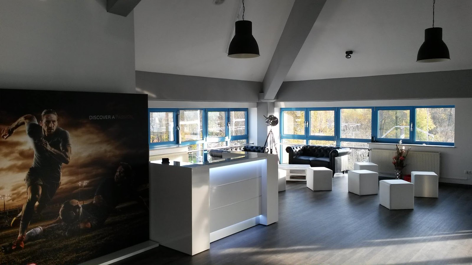 colour up your office moderen theken in hochglanzausf hrung f r ems studios in deutschland. Black Bedroom Furniture Sets. Home Design Ideas