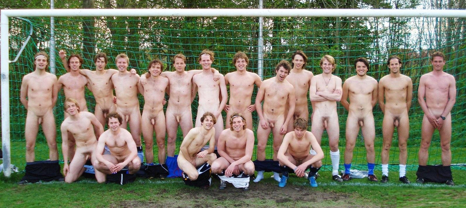foto-golie-parni-futbolisti