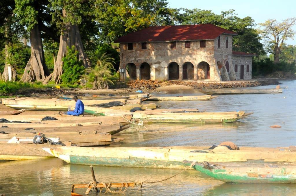 GAMBIA, OP BEZOEK BIJ KUNTA KINTEH'S NAZATEN