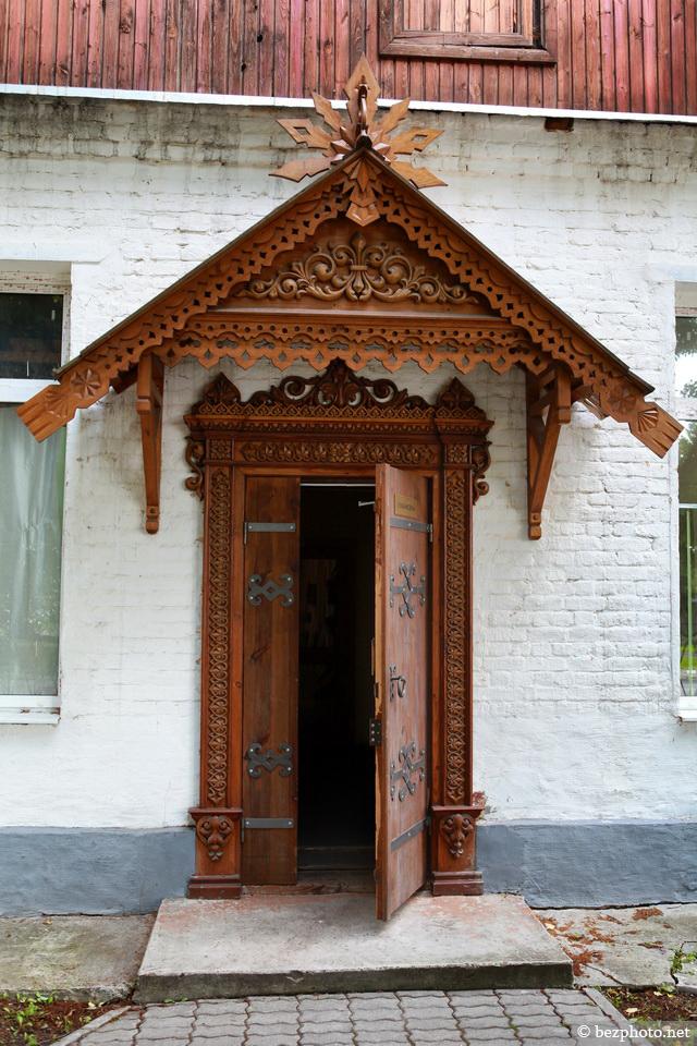 деревянные резные двери