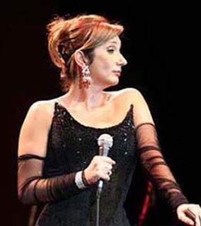 Zizi Possi cantando Explode Coração
