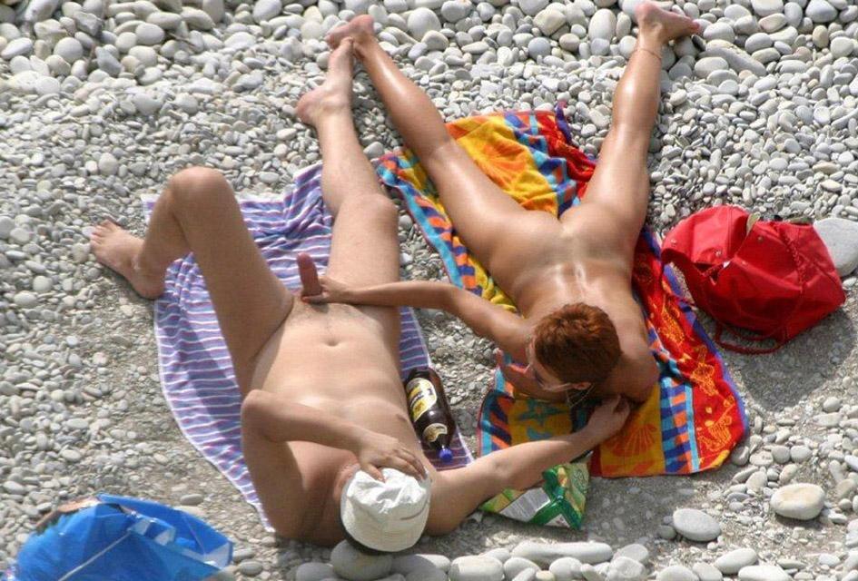 Parejas desnudas en la playa - MUNDO VOYEUR