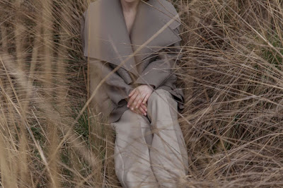 Grandes solapas en los abrigos de Sonia Carrasco para esta temporada
