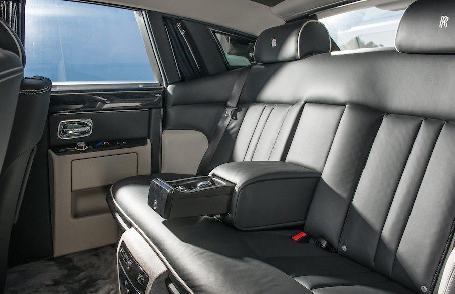 高級車の後部座席
