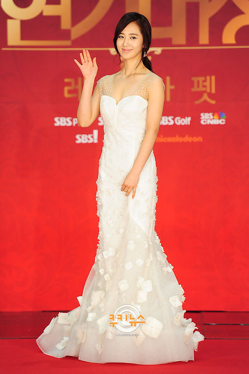 Yuri en los SBS Drama Award 2012 Ssnd+yuri+2012+sbs+drama+awards+red+carpet+(12)