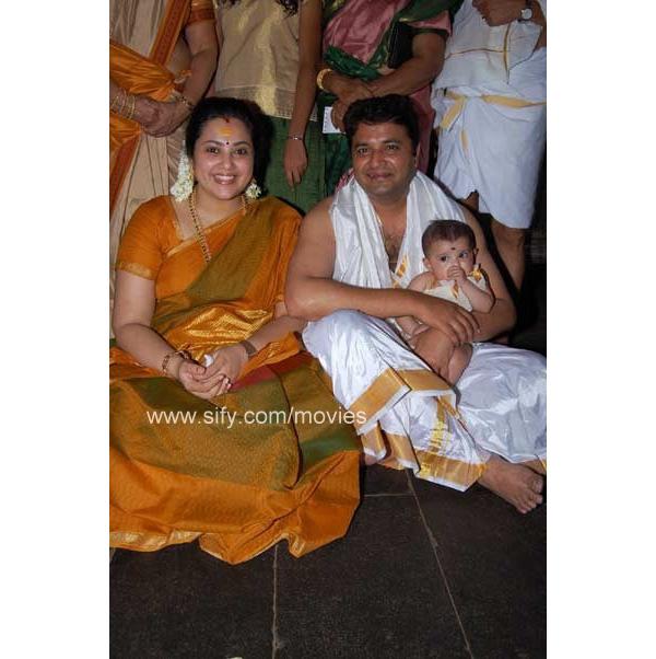 Meena+with+daughter+Nainika+and+husband+Vidyasagar2.jpg (600×602)