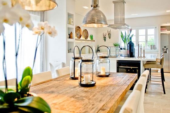 cocina vintage de madera y lamparas industriales