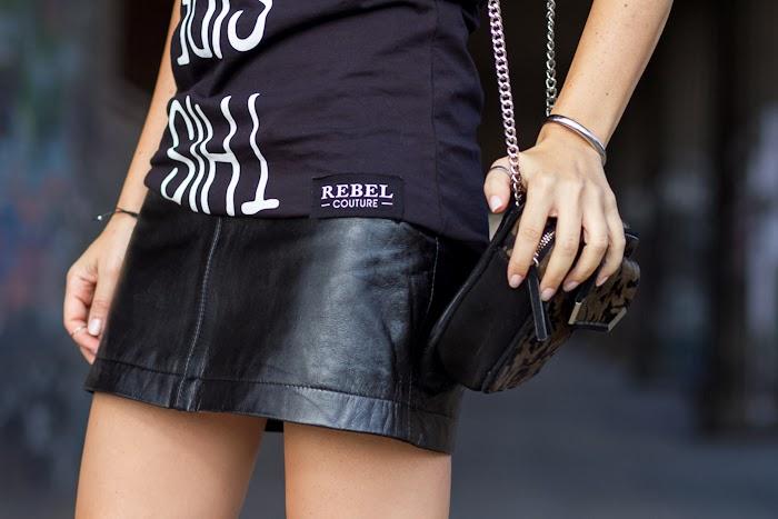 Detalle de la camiseta de Rebel Couture y falda de cuero