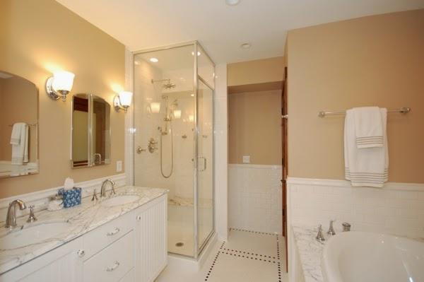Baños Beige Con Blanco:con paredes beige, muebles y sanitarios blancos Un box ducha con