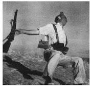 . el momento de su muerte. La famosa foto de Robert Capa, por ejemplo, . fusil