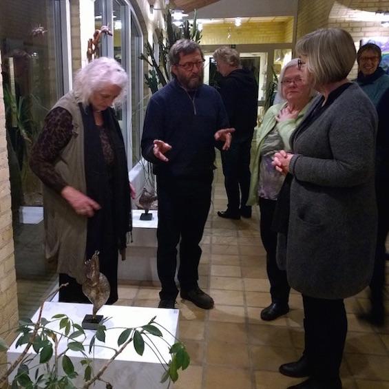Henrik Fischer og skulpturer i gangen