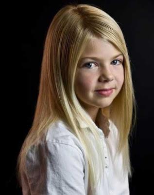 Model rambut panjang belahan samping untuk anak-anak 2014478
