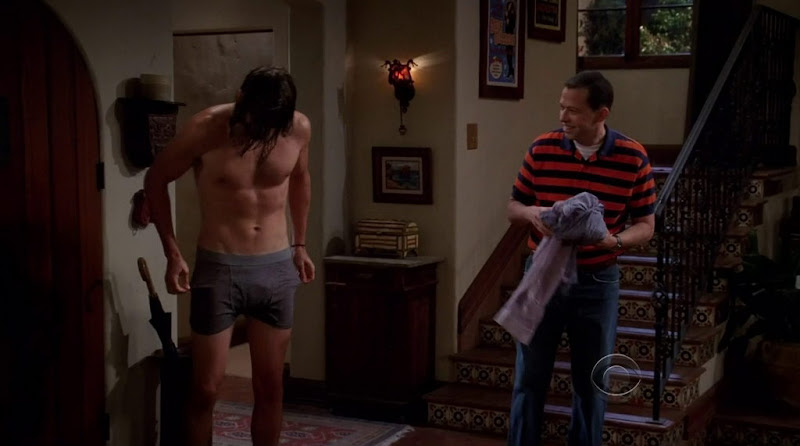 Ashton Kutcher Shirtless in Two and a Half Men s9e01