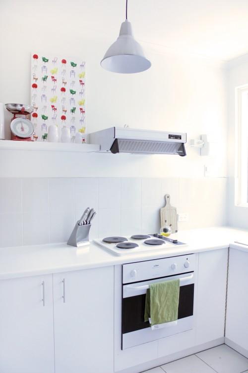 Cocina nórdica pequeña con color
