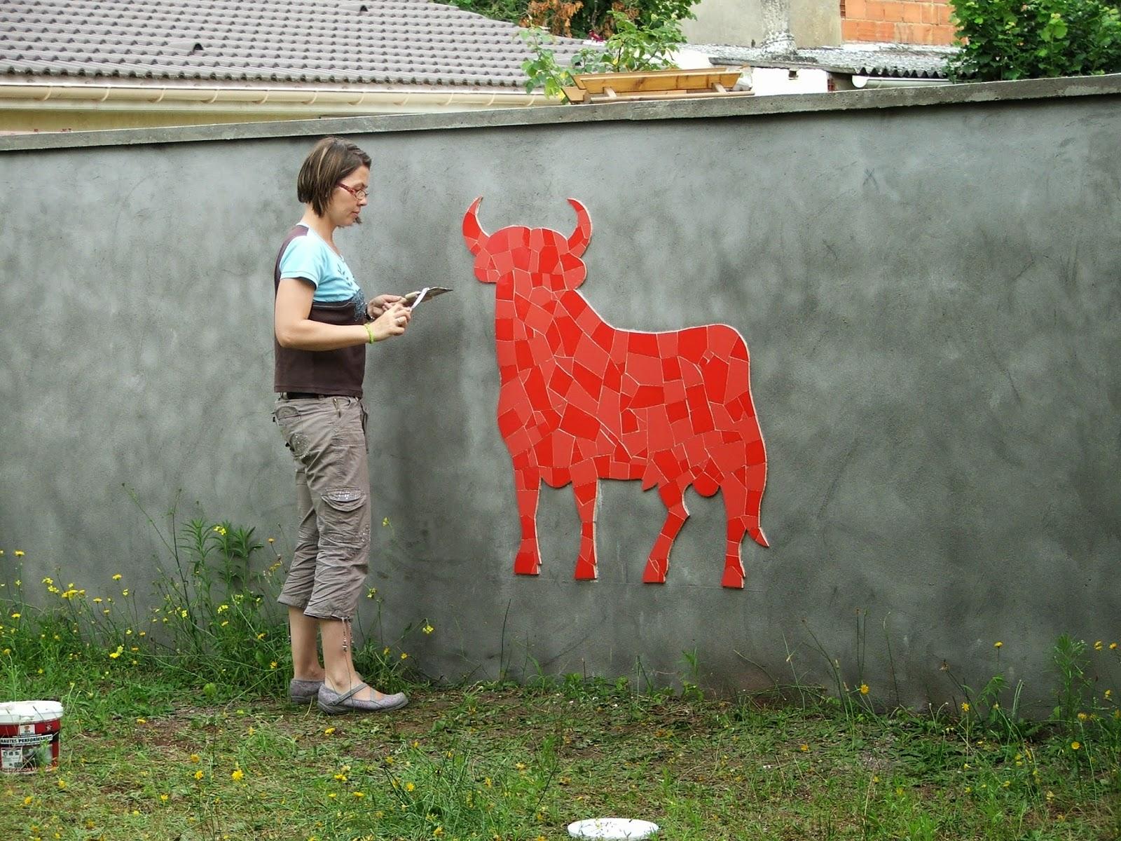 réalisation d'une mosaïque murale taureau espagnol 2 nuances de rouge faïence par mimi vermicelle