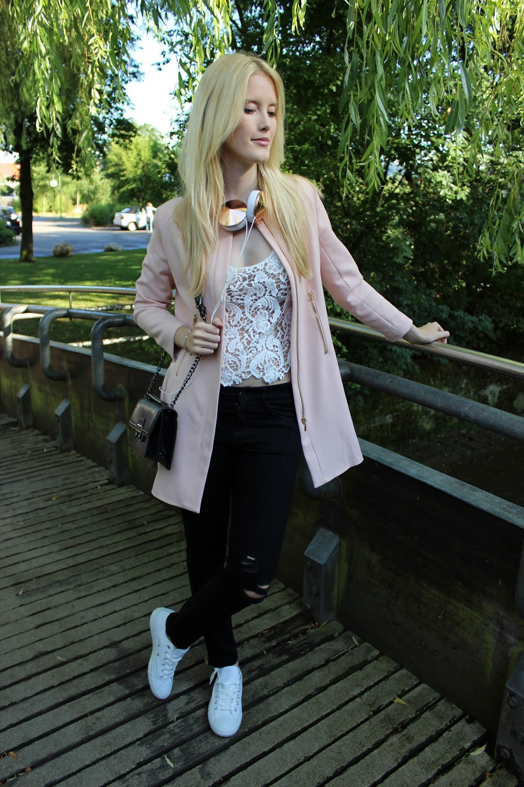 TheBlondeLion outfit Rose lace ripped jeans frends headphones