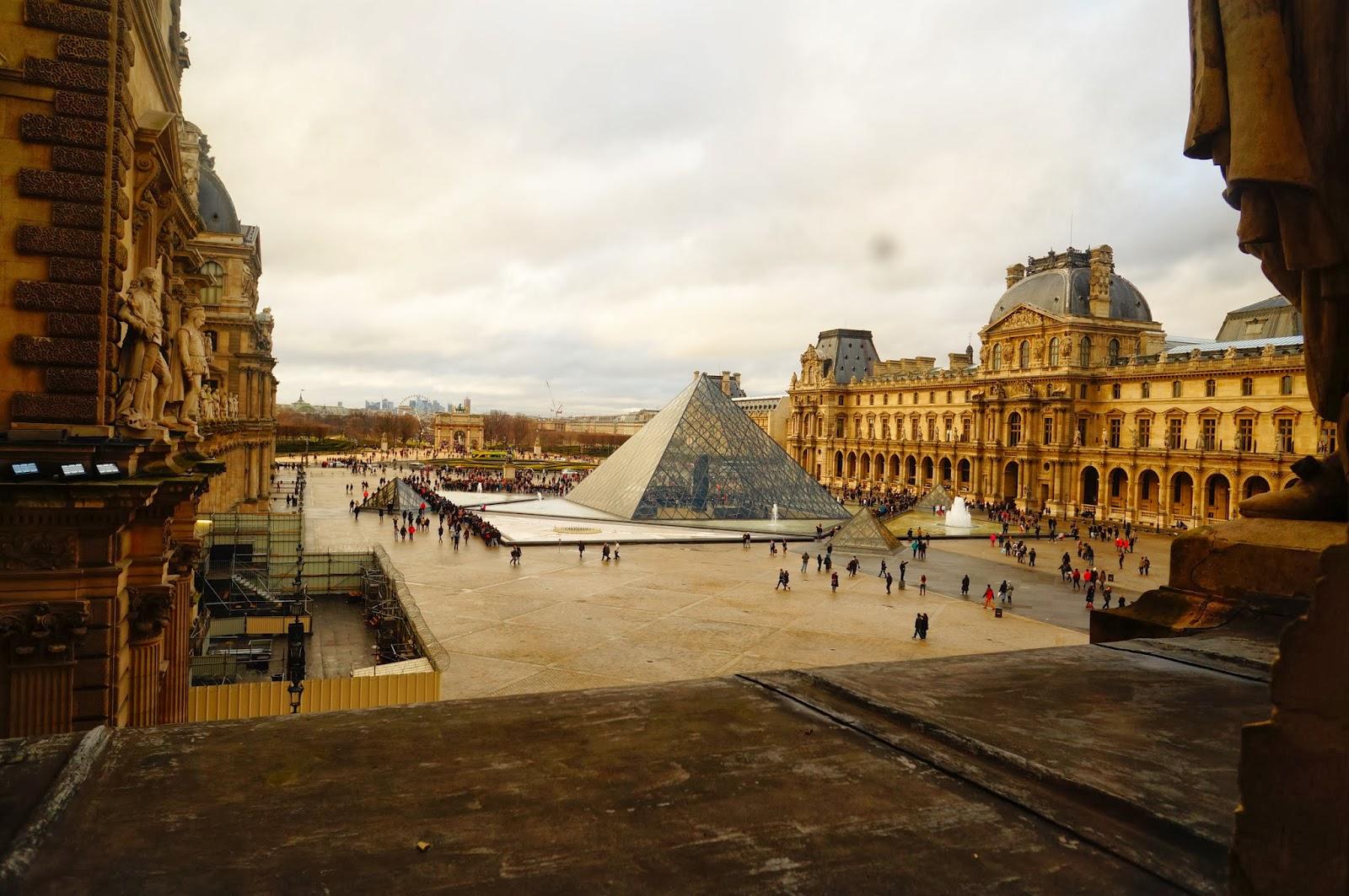 Лувр, Пирамида, из окна