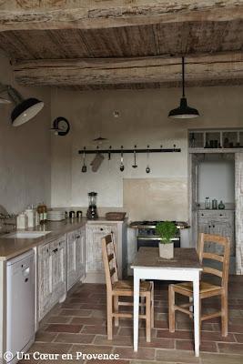 Cuisine avec plafond provençal