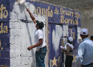 Ex regidor SDE (El Poly) carnetiza ex peledeistas; pintan local de blanco