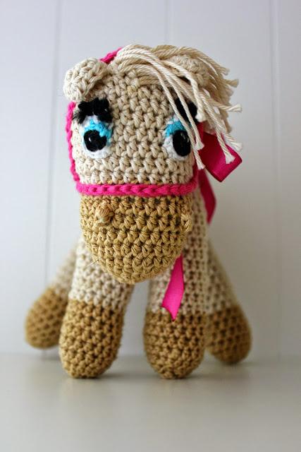 koń szydełkowy, koń na szydełku, konik, zabawka szydełkowa, zabawki na szydełku,