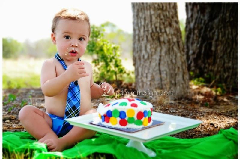 foto anak ulang tahun pertama makan cake