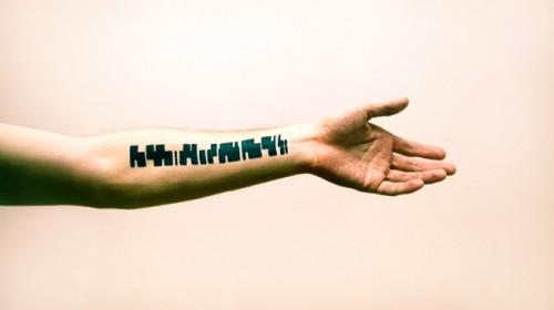 Με αυτό το τατουάζ παίζεις μουσική | Βίντεο