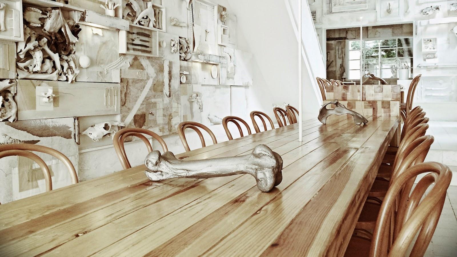 gaya-interior-dan-dekorasi-unik-ribuan-tulang-hewan-di-rumah-makan-Hueso-016