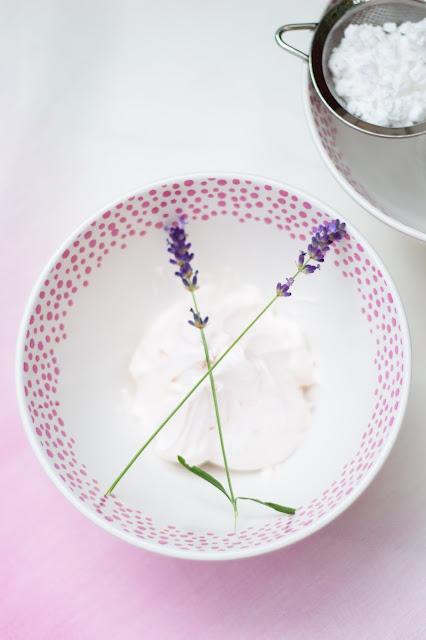 Schlagsahne mit Lavendel und Schüssel von Ikea