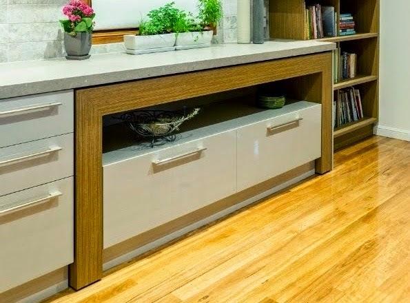 Una mesa auxiliar que protagoniza la cocina   cocinas con estilo